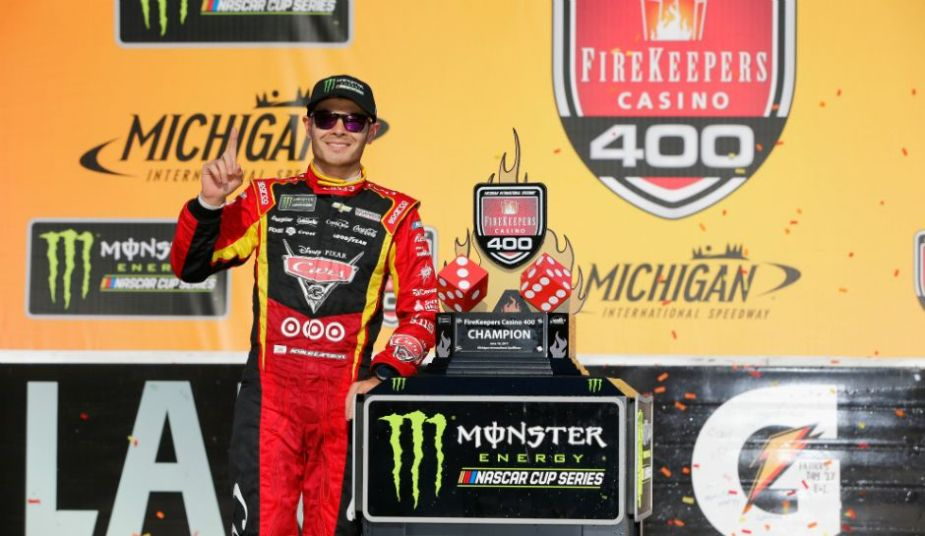 kyle-larson-in-victory-lane